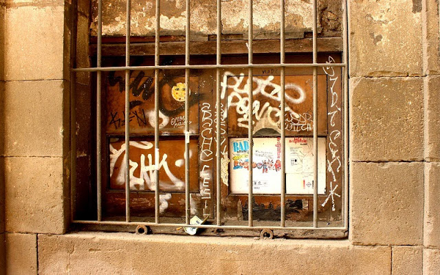 Barcelona Gothic Quarter street art graffiti
