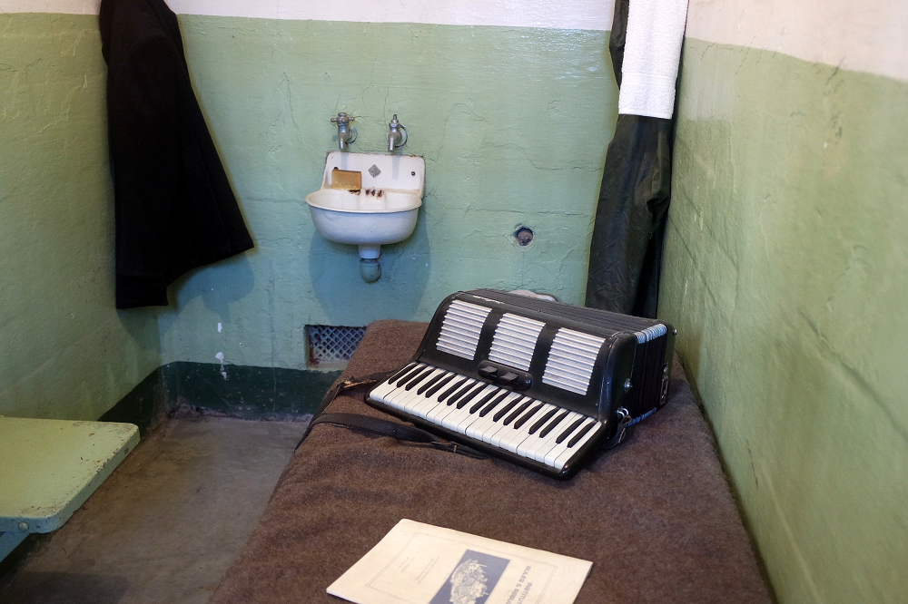 Alcatraz Tour cell entertainment